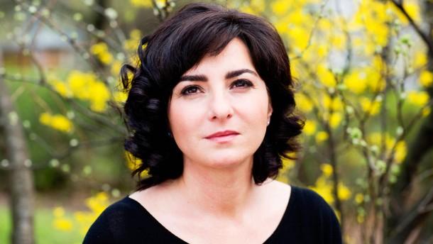 """Mely Kiyak - Die Kolumnistin und Autorin spricht in Berlin über ihr neues Buch """"Herr Kiyak dachte, jetzt fängt der schöne Teil des Lebens an"""", das von Migrationserfahrungen und der Krebserkrankung ihres Vater handelt."""