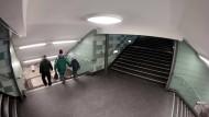 Blick auf den Bereich des U-Bahnhofs Hermannstraße, wo eine Frau vergangenes Jahr brutal von hinten die Treppe hinunter gestoßen wurde.
