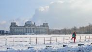 Der Berliner Reichstag im Januar: Opposition, Wirtschaftsvertreter und Lehrerverbänden üben scharfe Kritik an den neuen Corona-Beschlüssen von Bund und Ländern.