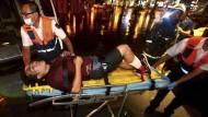 Sanitäter bergen einen Verletzten.
