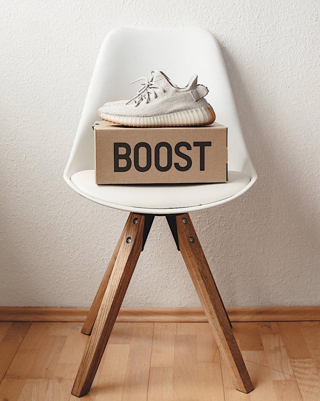 Die Adidas Yeezy Boost 350 V2 Sesame auf dem Schuhkarton, in dem sie geliefert werden.