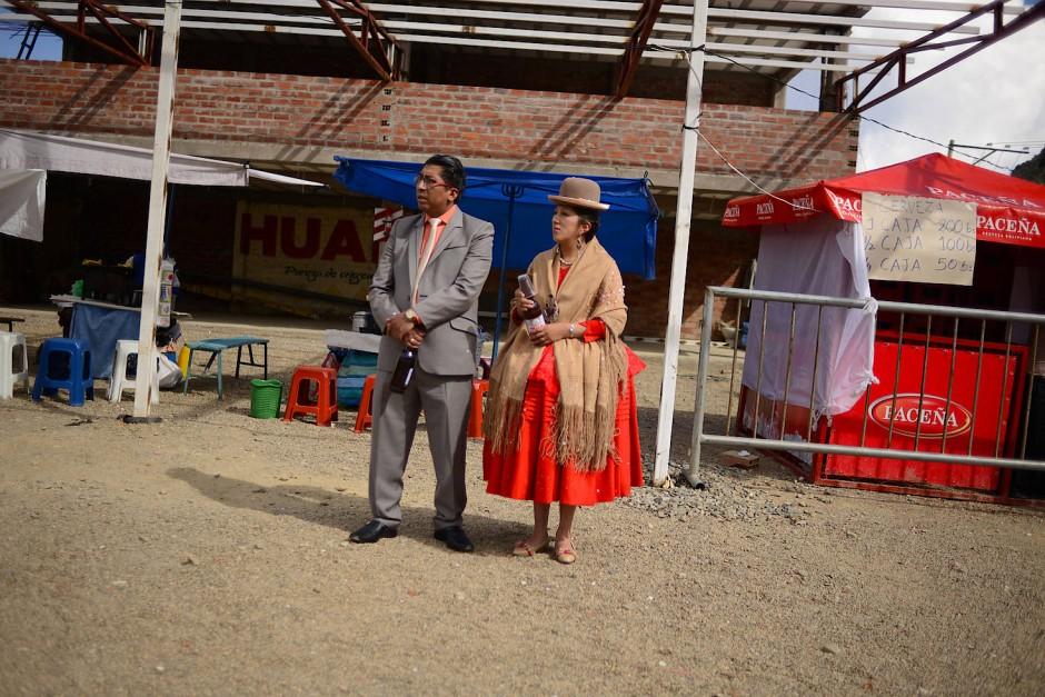 Zuschauer warten in La Paz auf die Organisatoren des Preste-Fest, um sie zu begrüßen.
