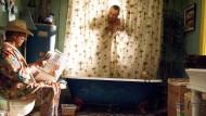 """Wer die Toilette nur zum Lesen nutzt, wie Dustin Hoffman in der Filmszene aus """"Meet the Fockers"""", den stört Gesellschaft nicht."""