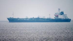 Havarierter Gefahrgut-Tanker in der Elbe wieder frei