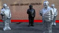 Mit Zigarre: Figuren eines Konzeptkünstlers vor dem neuen Museum in Fürth