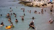 Viele retteten sich vor der Gluthitze an die nächstgelegenen Strände in Griechenland.