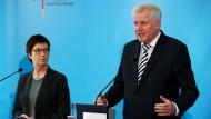 Bundesinnenminister Horst Seehofer auf Besuch beim Bundesamt für Migration und Flüchtlinge. Neben ihm steht die Amtleiterin Jutta Cordt.