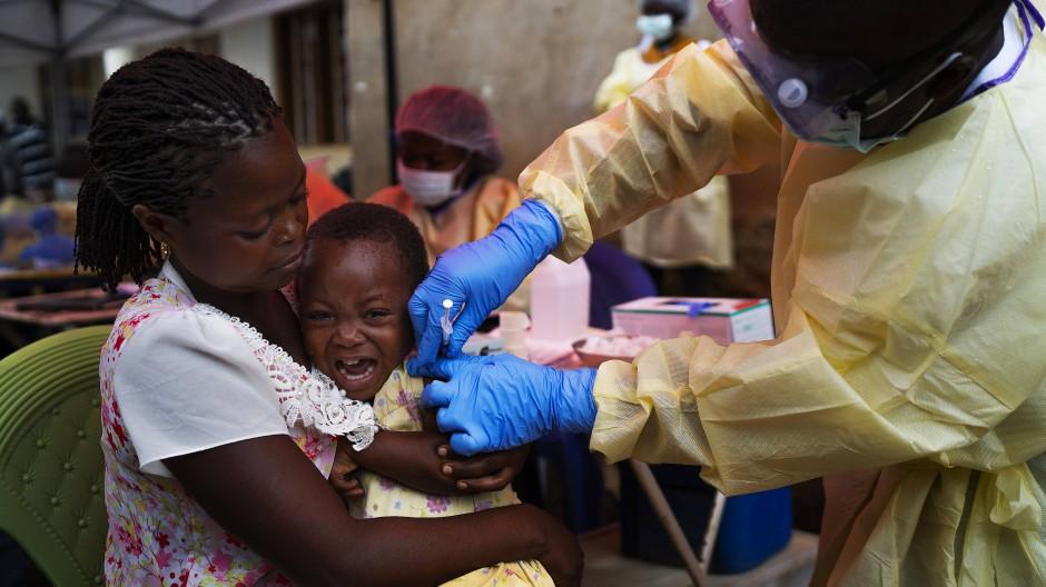 Ein Kind in Kongo wird gegen Ebola geimpft.