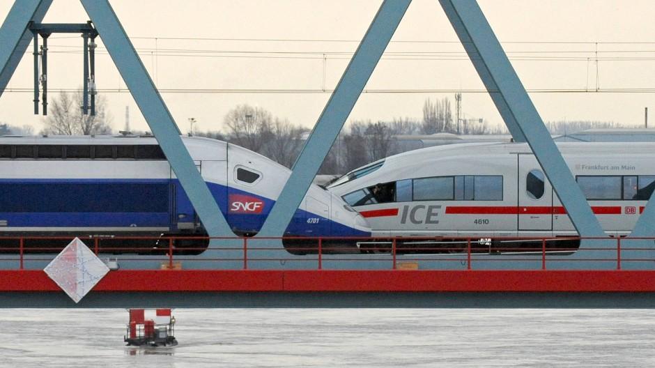 Ein französischer TGV und ein deutscher ICE auf der Rheinbrücke: Gemeinsam im Wettbewerb gegen Konkurrenz aus China? Daraus wird vorerst nichts.