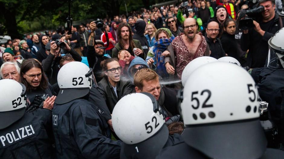 Der G-20-Gipfel hat noch nicht angefangen, die Proteste jedoch schon: Pfeffersprayeinsatz gegen Demonstranten am Dienstag im Emil-Wendt-Park in Hamburg-Altona.