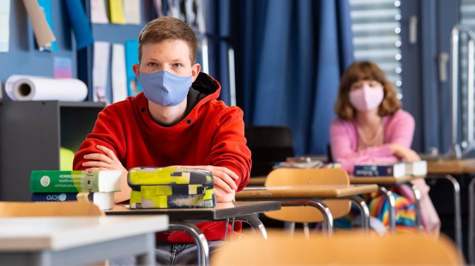 Schülerinnen und Schüler mit Mund-Nase-Schutz