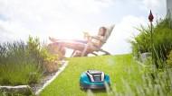 Im Garten entspannen, während kleine Geräte die Arbeit machen: Der neue Rasenmäher von Gardena.