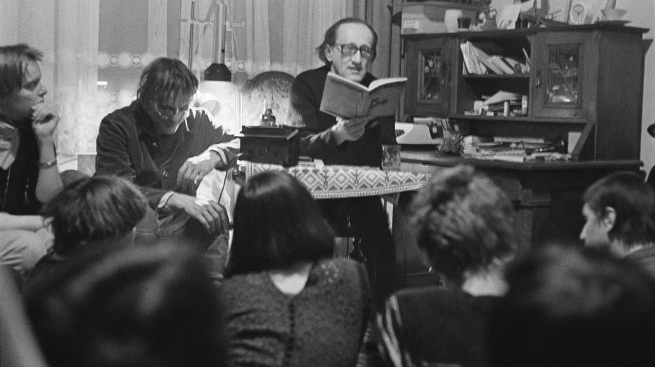 Heiner Müller liest 1983 in einer Privatwohnung in Magdeburg