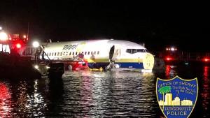 Boeing rutscht nach Landung in Fluss