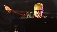 Keine Konzerte für Elton John: Nach Anweisung seiner Ärzte muss er sich nun zu Hause ausruhen.