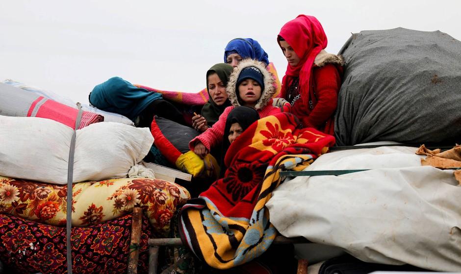 Syrische Binnenvertriebene aus der Region um die nördliche Großstadt Aleppo sind mit ihrem Hab und Gut in Richtung Nordwesten unterwegs, wo es weniger Angriffe gibt.