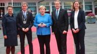 Feier zur Einheit: Kiels Oberbürgermeister Ulf Kaempfer mit Ehefrau Anke Erdmann, Bundeskanzlerin Angela Merkel sowie Schleswig-Holsteins Ministerpräsident Daniel Günther mit Ehefrau Anke.
