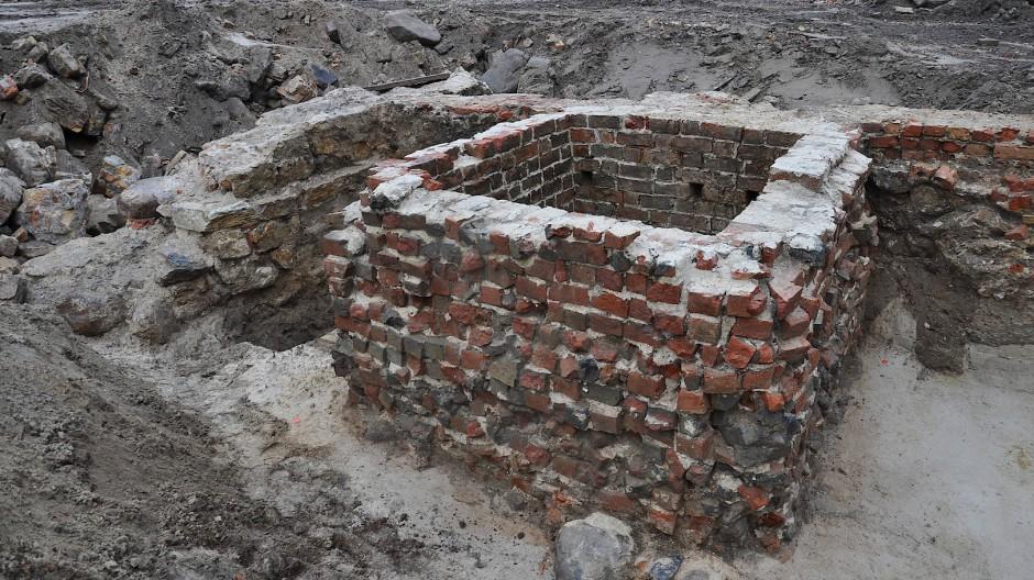 Ein Meter achtzig im Quadrat, nach unten offen: Die Latrine von der Fischerinsel wurde geborgen und versetzt.