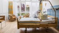 Wo der Tod kein Gegner mehr ist: Eine Schwester bereitet auf der Palliativstation des Münchner Krankenhauses der Barmherzigen Brüder das Bett für einen Patienten vor