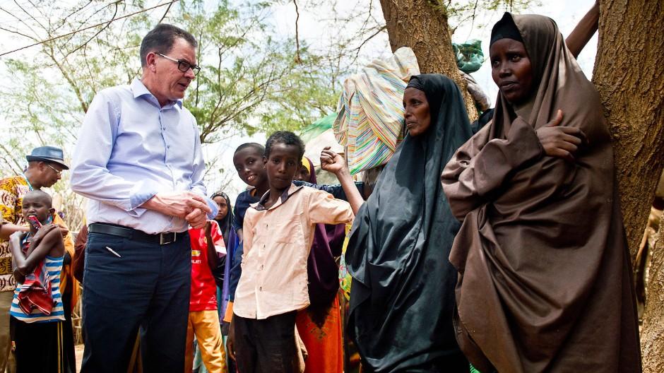 Sorgt sich um Afrika: Bundesentwicklungsminister Gerd Müller (CSU) im März 2016 beim Besuch eines Flüchtlingscamps im kenianischen Dadaab.