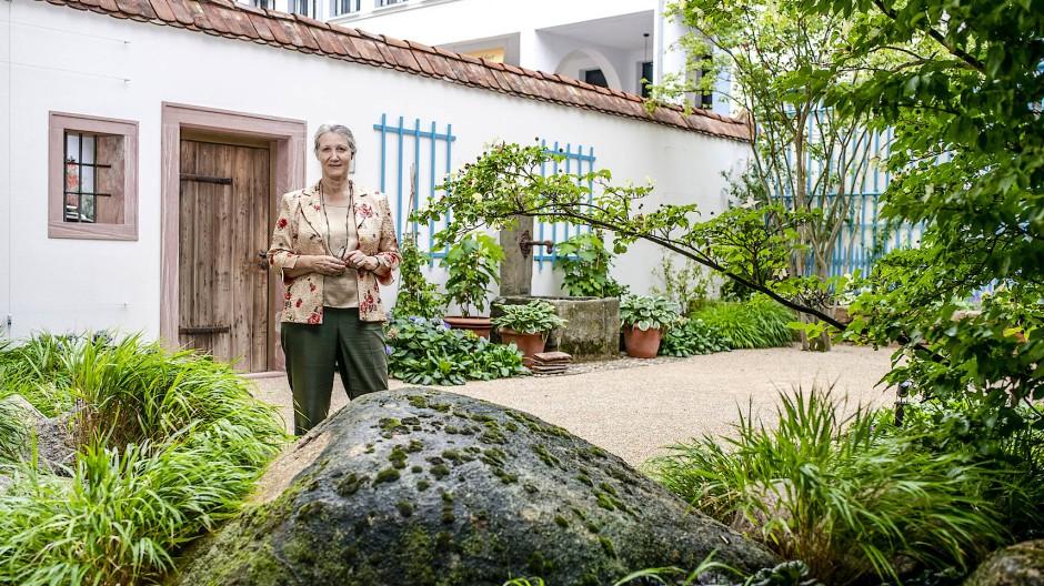 Wenn alles bleiben soll, wie es ist, muss sich alles ändern: Anne Bohnenkamp im neu angelegten Garten hinter Romantik-Museum und Goethe-Haus.