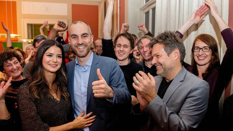 Grünen-Party: Belit Onay freut sich mit seiner Frau Derya und dem Bundesvorsitzenden Robert Habeck über die gewonnene Oberbürgermeisterwahl in Hannover.
