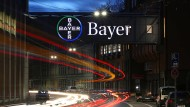 Anteile an Chemieparkbetreiber verkauft: Das Bayer-Kreuz am Werk in Wuppertal
