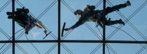 Zwei Gebäudereiniger in Dresden: Deutschland belastet seine Arbeitnehmer so stark wie kaum ein anderes Land