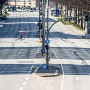 Fast leere Straße: Auf Hamburgs wichtigster Ost-West-Verbindung, der Ludwig-Erhard-Straße, sind am frühen Sonnabendnachmittag kaum Fahrzeuge unterwegs.