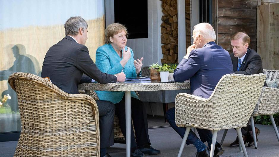 Angela Merkel und Joe Biden mit ihren jeweiligen außenpolitischen Beratern Jan Hecker (links) und Jake Sullivan in Cornwall
