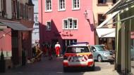 Ein Rettungsfahrzeug steht in der Fußgängerzone von Bad Säckingen (Baden-Württemberg) vor dem Unfallauto.