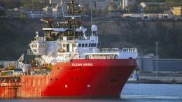 """Migranten der """"Ocean Viking"""" wechseln auf Quarantänefähre"""