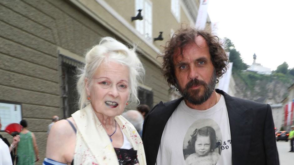Mit Andreas Kronthaler ist Vivienne Westwood seit 1992 verheiratet. Den Österreicher hatte sie als Modestudenten an der Universität Wien kennengelernt, wo sie einen Lehrauftrag hatte.
