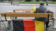 """Mix aus rechtsextremistischer Ideologie, Geschichtsrevisionismus und Verschwörungsphantasien: Ein Teilnehmer einer Demo gegen das """"Bilderberg-Treffen"""" im Juni in Dresden."""