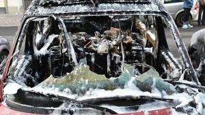 Acht Autos fangen in einer Straße Feuer