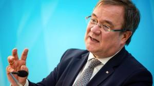 Laschet kritisiert Kürzungen bei Flüchtlingshilfen