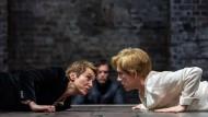 Noch begegnen sie einander auf Augenhöhe: Lia Williams als Elizabeth I. und Juliet Stevenson als Mary Stuart am Londoner Almeida Theatre