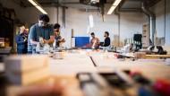 Flüchtlinge erhalten in München im Zuge einer Lernwerkstatt Einblick in verschiedene Handwerksberufe.