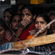 Mumbai: Menschen versammeln sich an dem Ort, an dem nach starken Regenfällen eine Mauer eingestürzt ist.