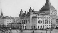 Im Krieg teilweise zerstört: Das 1902 fertiggestellte Schauspielhaus am Willy-Brandt-Platz.