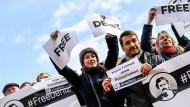 Eine Solidaritätskundgebung für den in der Türkei inhaftierten Journalisten Deniz Yücel in Dresden