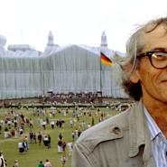Christo 1995 vor dem verhüllten Reichstag in Berlin
