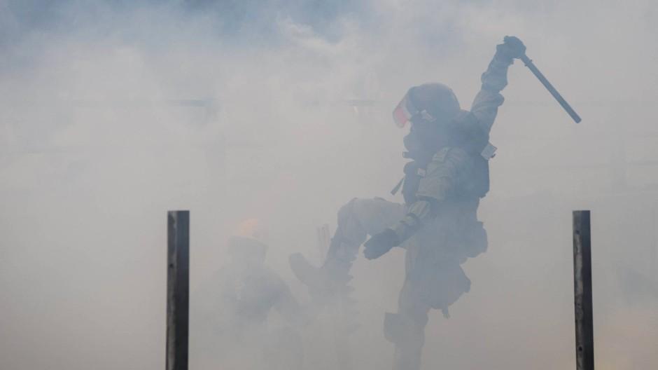 Polizisten gehen am 18. November 2019 in der Polytechnischen Universität von Hongkong gegen Demonstranten vor.