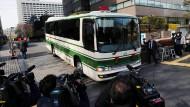 Reporter drängen sich um einen Bus, in dem sie Automanager Carlos Ghosn vermuten.
