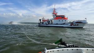 Hubschrauber rettet Mann auf Nordsee von brennendem Motorboot