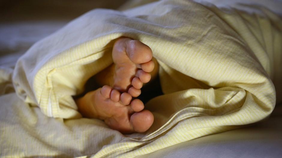 Keine Ruhe: Beim Restless-Legs-Syndrom ist an Schlaf oft nicht zu denken.
