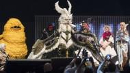 Phantasiewesen: Kris Tedeschi (mitte) wird als Garuda den Hauptpreis gewinnen.