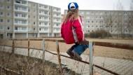 Junges Mädchen in einer Wohnsiedlung in Frankfurt an der Oder.