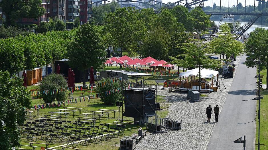 Unter freiem Himmel: Die Aufbauten für das Internationale Theaterfestival Sommerwerft stehen.