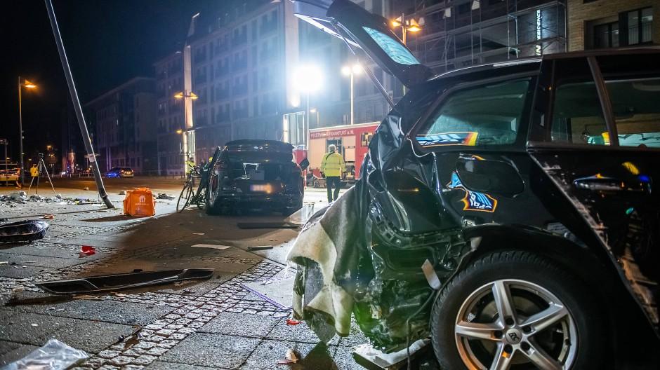 Zwei zerstörte Pkw nach einem Unfall im Frankfurter Ostend: Bei einer tödlichen Kollision hat ein SUV (links im Bild) mehrere Menschen erfasst.